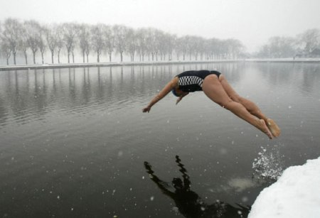 A-winter-swimmer-jumps-in-005